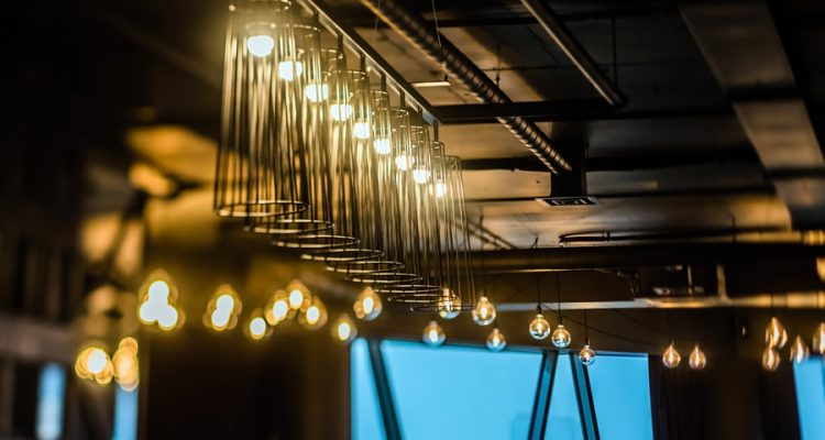 Nowoczesne wnętrza a aranżacja oświetlenia