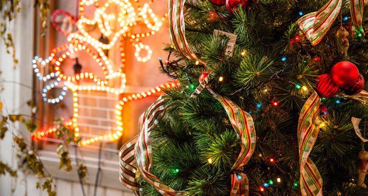 Ozdoby świąteczne na taras lub balkon - jakie dekoracje warto wykorzystać?