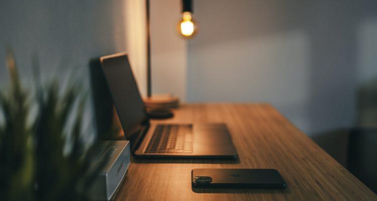 Oświetlenie biurka z komputerem w domu